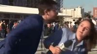 女记者遭男球迷强吻敏捷避开 并严厉斥责