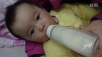 宝宝喝奶视频