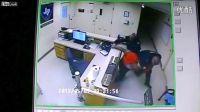 [拍客]美国狱警殴打女囚犯将其拖入小黑屋