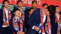 世界杯:赢了卫冕冠军也不满?韩国队回国遭球迷扔臭鸡蛋 孙兴慜险被砸中
