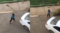 邻里纠纷起冲突 老太持铁锹边砸车边喊被打