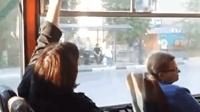 俄罗斯大巴上两乘客反复开关窗拉锯4分钟