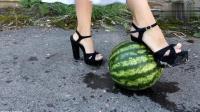 用高跟鞋踩西瓜, 真让人啼笑皆非!