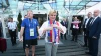 克罗地亚教练组列队欢迎总统观战 现场披上格子军围巾助威