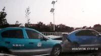 网约车在载客过程中, 被多辆出租车在街头围追堵截发生交通事故!