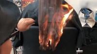 发型师剪发用打火机烧 网友:多勇敢才敢尝试