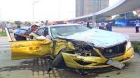事故警世钟: 车主左转弯, 被火速窜出的出租车撞了, 回头看就是一脚刹车的事368期