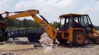 河边JCB挖掘机挖泥砾石装车视频