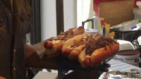 伦敦街头小吃烤奶酪和拉牛肉热狗巴西热狗