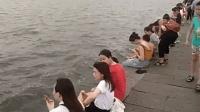 """西湖成洗脚池!天热了游客在西湖里""""泡脚"""""""