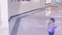 乘客刚跑出地铁站就被淹 监控记录清晰画面