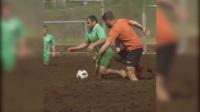 俄罗斯球迷大玩泥地足球 世界杯余热未消延续足球精神