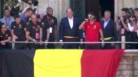 比利时队王宫与球迷会面 阿扎尔化身MC默滕斯搞怪出场