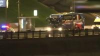 法国队乘大巴驶离卢日尼基 夜色中警车为冠军之师开路!