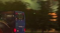实拍世界冠军大巴返回酒店 警车开道铁杆球迷跑步追随