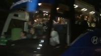法国夺冠球迷上演铁肺式庆祝 跟大巴一路跑回大本营