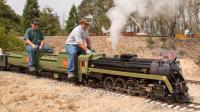 退休老大爷耗时7年, 造出能载人的私家火车, 众人见到都惊艳了