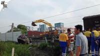 【整点辣报】货车抢道撞火车 消防员浇湿自己灭火 工业园偷埋化工废料