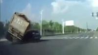 货车为躲避左转轿车侧翻 压扁小车致1死1伤