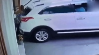男子指挥老婆倒车被挤墙上 网友: 绝对是真爱