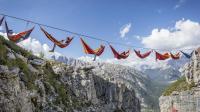 外国人在1000米高聚会, 翻个身就会坠入悬崖, 他们不怕吗?