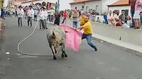 男子抱着小宝宝去斗牛场, 一只手挑逗公牛, 一只手抱着孩子