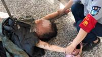 现场: 重庆轻轨上一女子咬伤乘客后脱光衣服