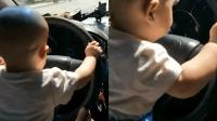 父亲开车让小孩掌握方向 网友: 最不负责任爹!