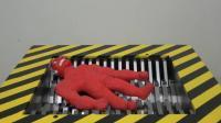 当红色橡胶玩具遇到粉碎机会怎样? 隔着屏幕都能感受到, 太厉害了!