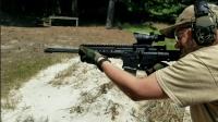 合为一体的AR-15突击步枪, 它不仅有两根枪管还有两个弹匣!