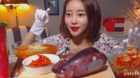 韩国萌妹子, 吃鱿鱼血肠和火辣辣凉面, 配上泡菜, 大口吃的太过瘾了