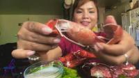 国外ASMR吃播: 小姐姐吃大龙虾爪, 配芹菜一起, 吃的太过瘾了