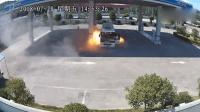 公交车加气时突然起火 火苗直喷加气机