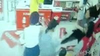 孕妇在超市等姐姐起冲突 超市员工一脚踹向其腹部