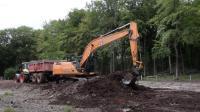 凯斯210挖掘机工作视频, 卡车停的地方不对啊