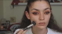 素颜女孩满脸痘痘, 抹上粉底遮盖后, 没想到化完妆, 可以这么美!