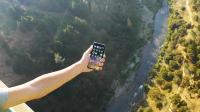 老外暴力测试苹果手机, 将IPhoneX从300米高处抛落, 结果会怎样?