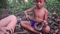 小男孩丛林烤蛇吃, 蛇皮都不刮直接吃, 这美味根本停不下来