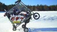 这摩托车有五个轮, 看似简陋却是雪地漂移神器, 一般人驾驭不来