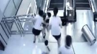 电梯踏板松动女子踩空搅入电梯用命保住孩子