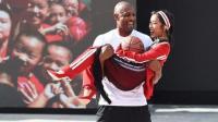 吉克隽逸出席NBA活动, 获球星莫宁公主抱, 少女心爆棚!