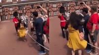 女游客拍照挡道被卫兵怒推 结果网友吵翻了