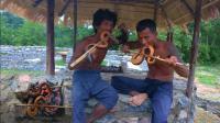 农村兄弟在荒野生存, 饿了就去捕捉黄鳝, 这样的生活你向往吗?