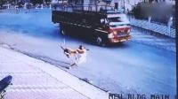 老人街边缓慢行走 惨遭猴子背后偷袭扑倒在地