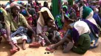 实拍索马里难民营,到处都挤满了人,一个小小帐篷住20个人!