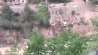 四川一国道突发泥石流 车辆瞬间被卷下山崖