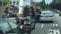 两司机因抢道街头格斗 一人将对方挤压撞开后逃逸
