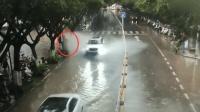 环卫疏通路面积水 被男子一脚油门浇湿全身