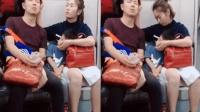 老公儿子地铁睡着 女子强忍睡意一手托一个