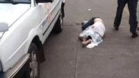 可怜男子考科目三, 安全员对其不爽故意踩刹车, 3秒后惨遭钢管暴打!